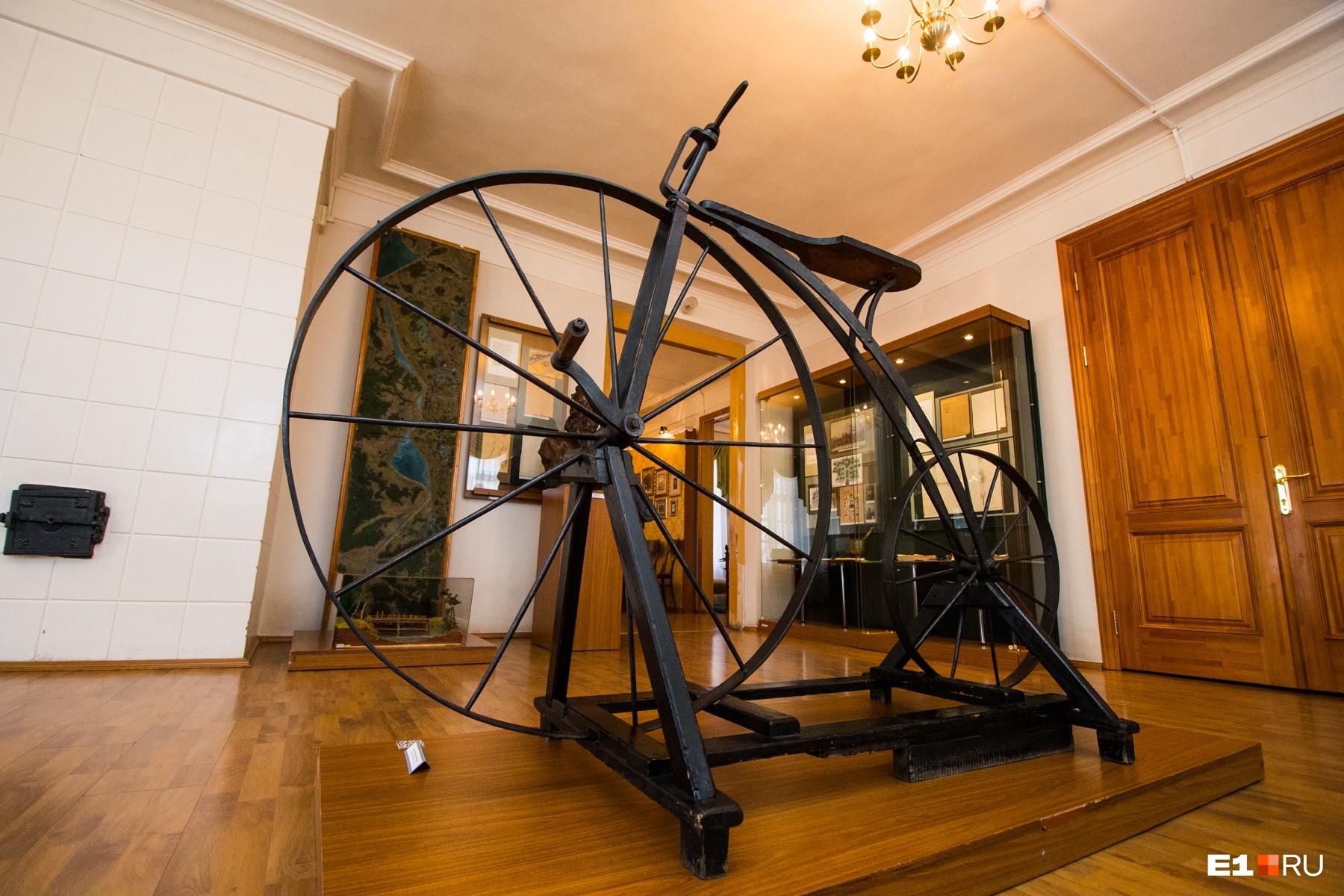 Велосипед Артамонова. На улице есть его копия, на которой каждый может сфотографироваться