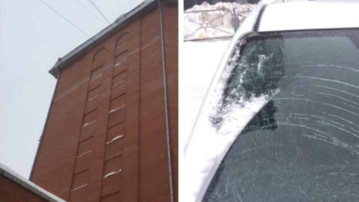 Снег упал с крыши на автомобиль новосибирца— лобовое стекло пошло трещинами