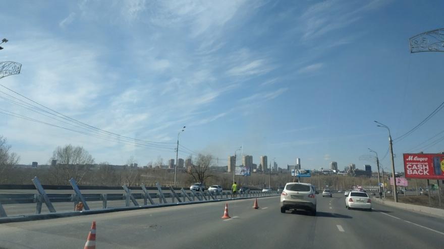 На Октябрьском мосту начали менять отбойник