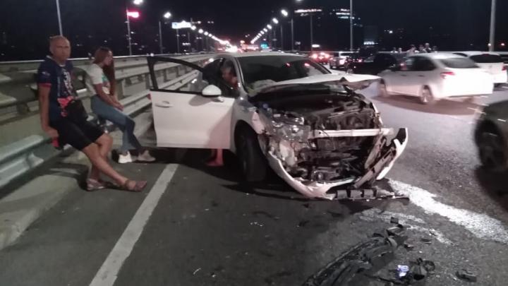 На Ворошиловском мосту в Ростове столкнулись две иномарки, есть пострадавшие