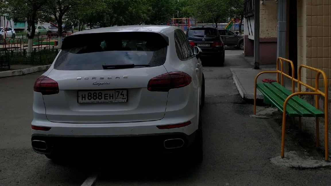 Автомобили Porche Cayenne — частые герои рубрики наряду с BMW X6 и Toyota Land Cruiser. Челябинские элиты чаще всего элитарны только в том, что можно купить за деньги. В остальном они мало чем отличаются от остальных. По словам автора снимка, этот Porsche паркуется так регулярно у дома №33 по улице 40-летия Победы