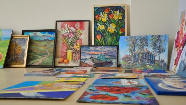 Для пациентов онкодиспансера красноярцы принесли больше сотни картин