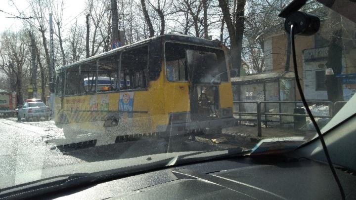 «Из окон вырывалось пламя»: на Кирова — Вольской загорелся на ходу автобус № 226