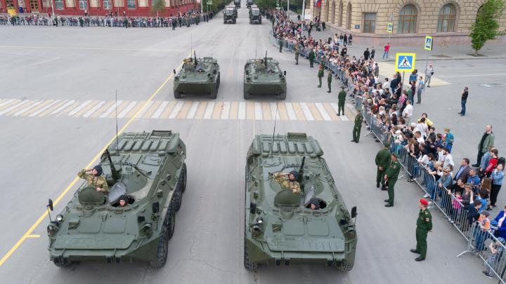 С неба и земли: смотрим первую репетицию парада в Волгограде с грозными боевыми машинами