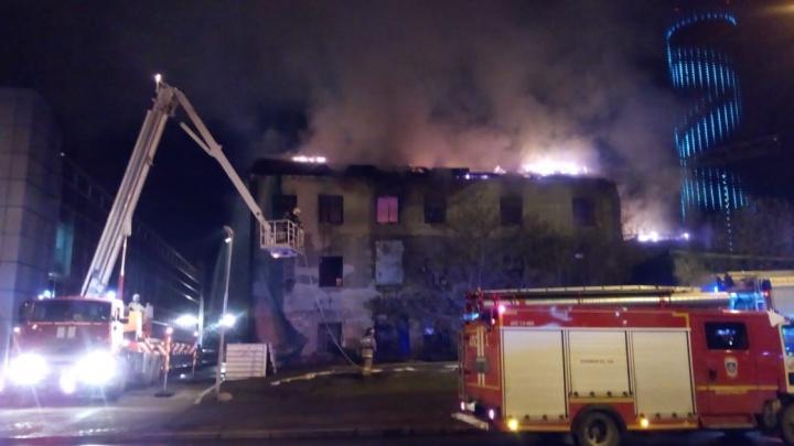 Движение по улице перекрыли: в центре Екатеринбурга горело трехэтажное заброшенное здание