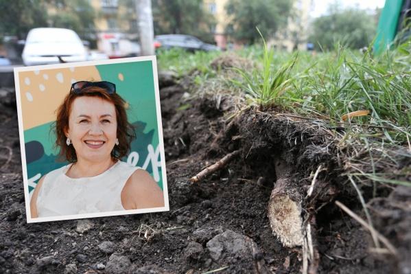 Верхний слой земли снимали ковшом экскаватора и повредили корни деревьев. Веру Соколову это сильно возмутило