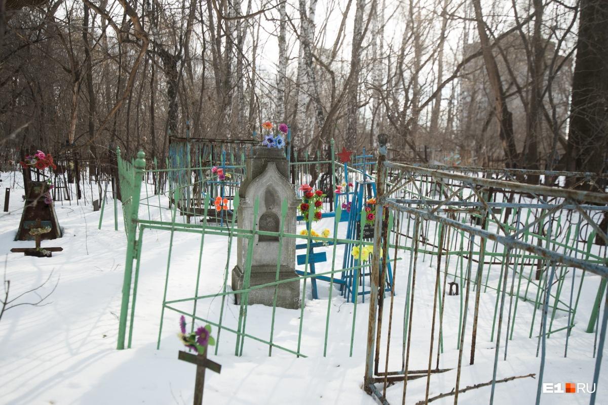 Старые могилы сразу выделяются на фоне более новых