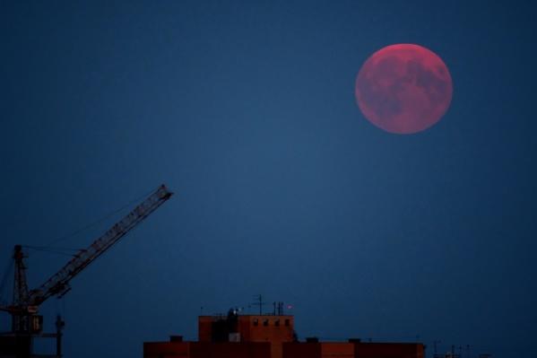 Вид внебе поражает: обычно белая Луна становится кирпично-красной