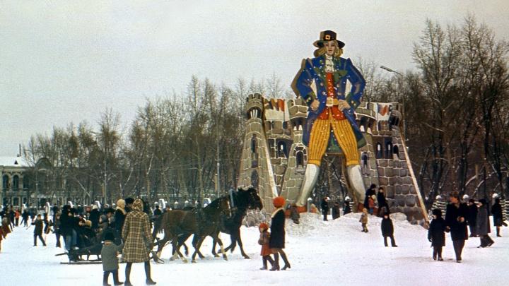 «Небогато, но нам хватало»:как украшали площадь Куйбышева 40 лет назад?