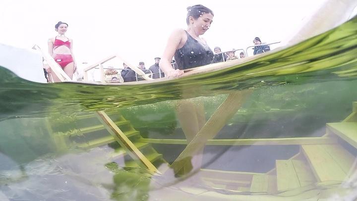 Чем глубже, тем любопытнее: смотрим под водой, как челябинкиныряли в купель
