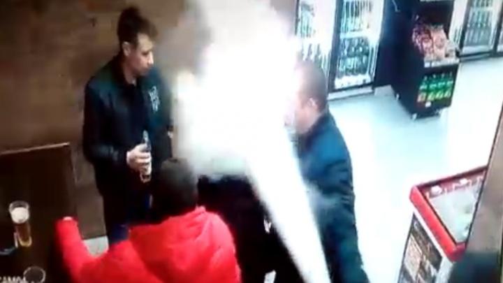 В Башкирии мужчина распылил огнетушитель девушке в лицо: злодея записала камера в магазине