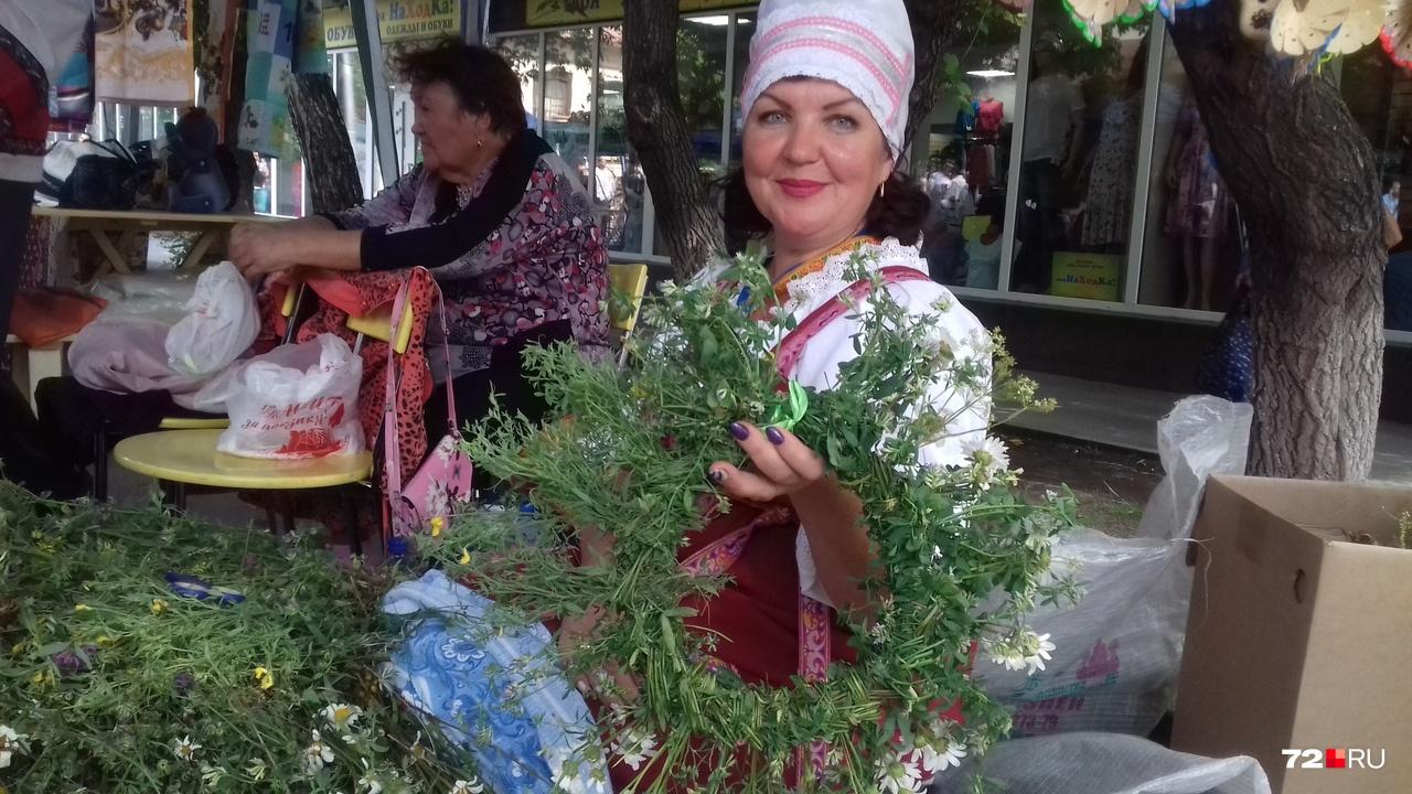 ЭтоВера Чаркова из нижней Тавды. Плетет венки с мужем (он делает птицу счастья)