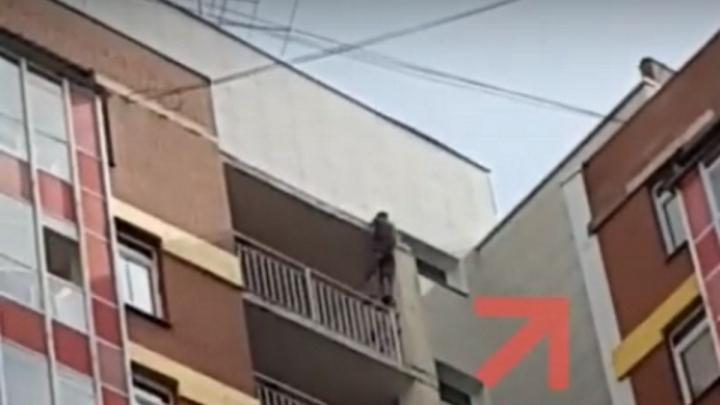 Зацепившийся за карниз подросток повис на высоте 16-го этажа
