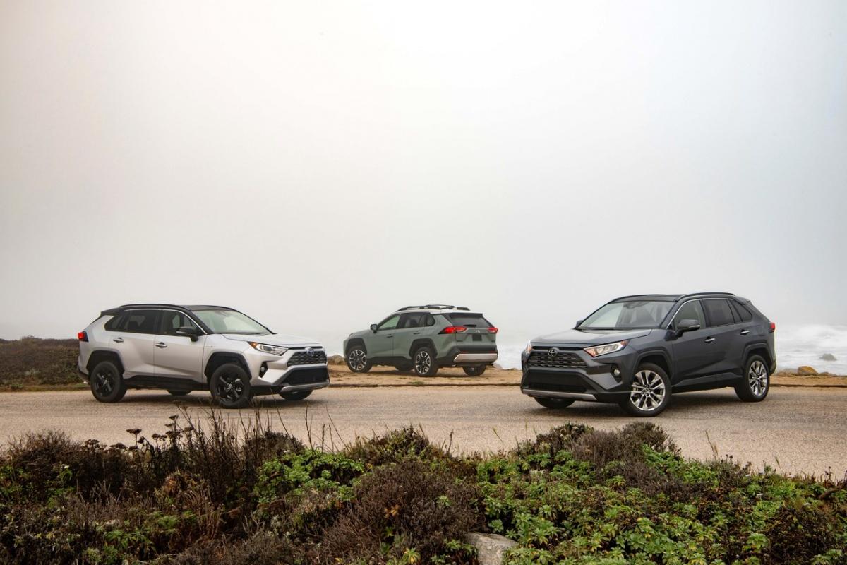 Toyota RAV4 готовится к смене поколений в середине года, и новая модель, вероятно, подорожает