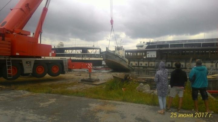 Возле популярного пляжа затонуло судно: воду затянуло маслом