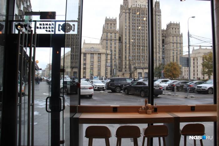 Вид из бара KU: на улице Смоленская