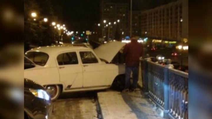 Лихач на ретроавтомобиле протаранил забор в центре Уфы