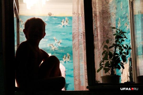 Малышей, как магнитом, притягивают окна