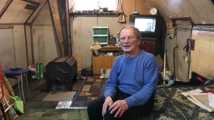 После пожара, полностью уничтожившего дом, пермский пенсионер живет в кузове КАМАЗа