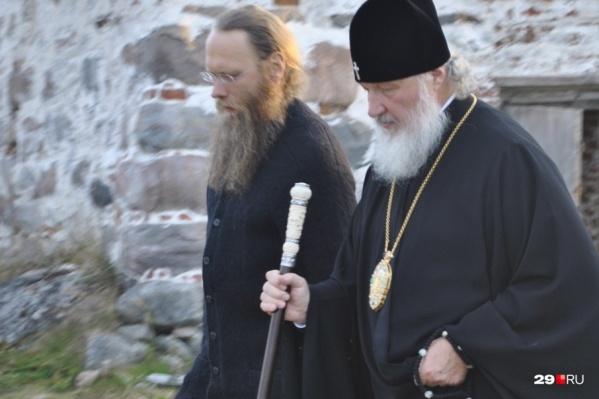 Патриарх вместе с руководителем музея и монастыря Порфирием Шутовым
