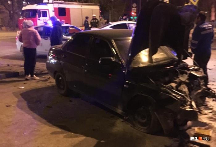 В машину скорой девушку-водителя погрузили на носилках