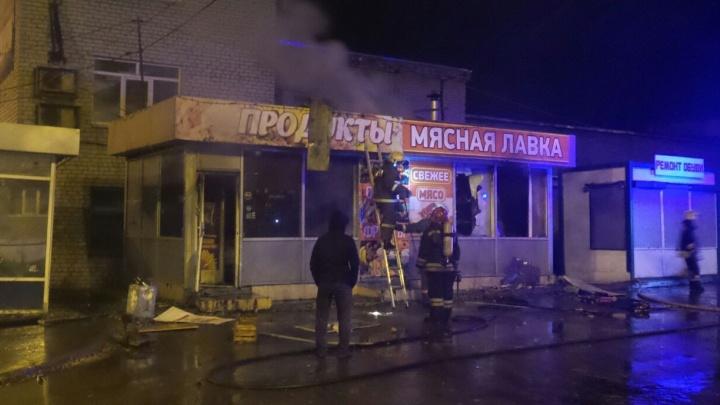"""""""Внезапно погас свет и повалил дым"""": ночью в районе Птицефабрики сгорел продуктовый павильон"""