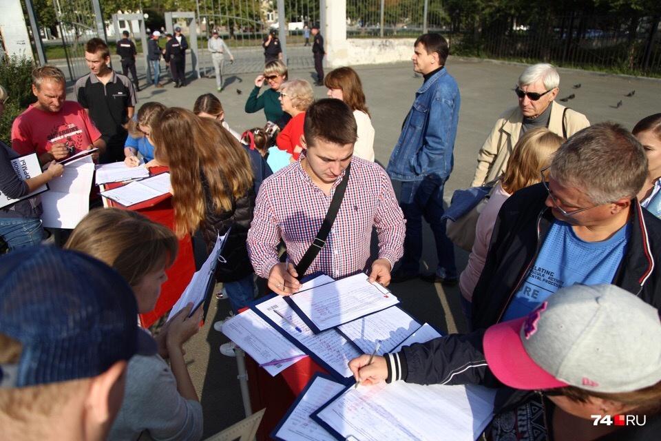 Активисты собирали подписи против пенсионной реформы