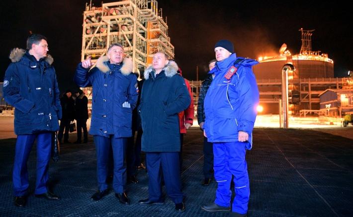 Леонид Михельсон вместе с президентом РФ Владимиром Путиным на осмотре производств