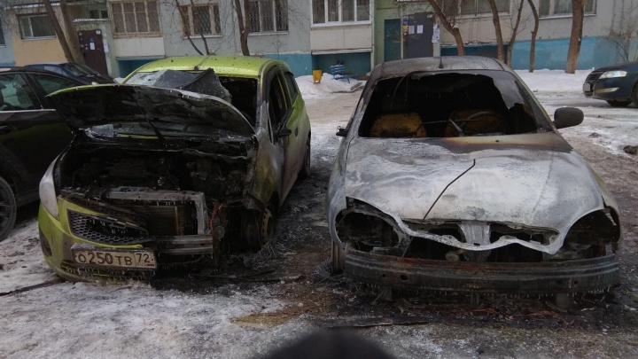 На парковке у жилого дома в Тюмени сгорела машина. Огонь перекинулся на вторую