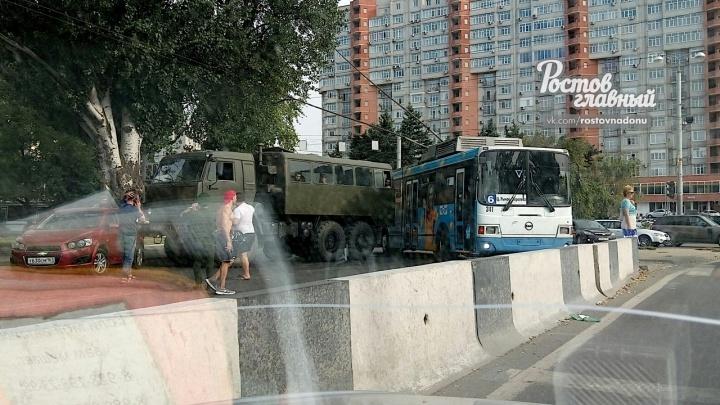 Осторожно, пробка: на ЦГБ столкнулись грузовик и троллейбус