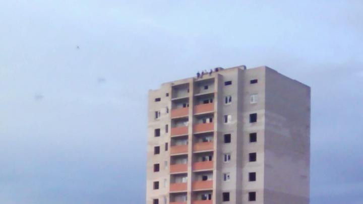 «Глупые, это же смерть!»: самарцы просят спасти подростков, которые облюбовали заброшенную стройку