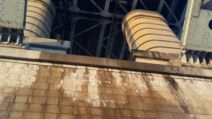 С Коммунального моста полилась вода