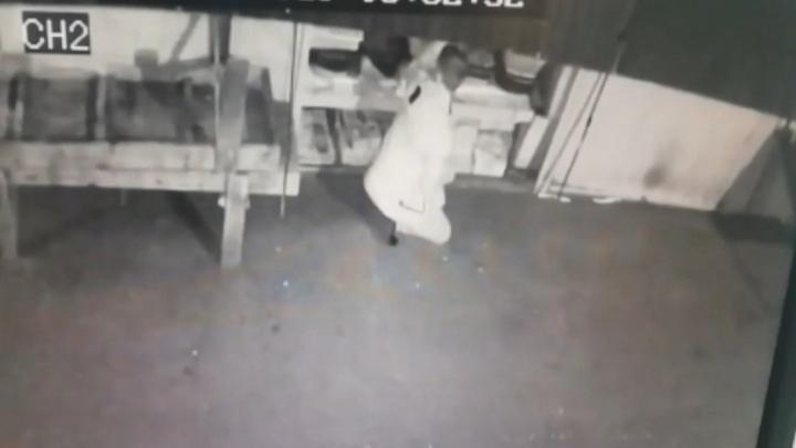 Омич ограбил магазины и потратил все деньги на 35 роз девушке и безделушки