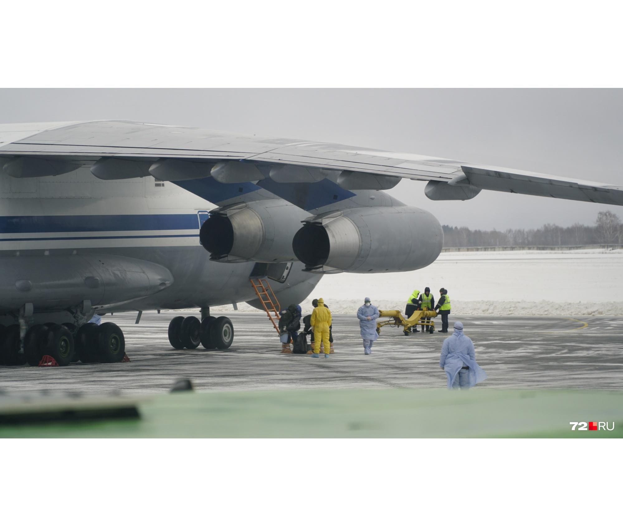 Более часа прибывшие находились в самолёте, прежде чем их пустили в автобусы