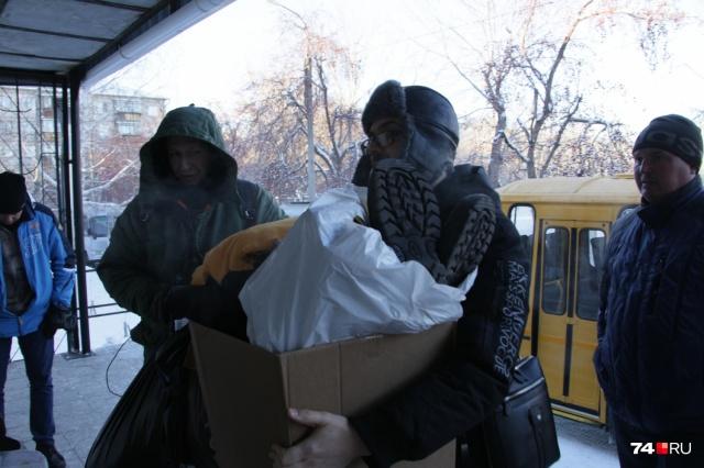 Люди со всего города везут в штаб тёплые вещи, зарядники для мобильных, питание