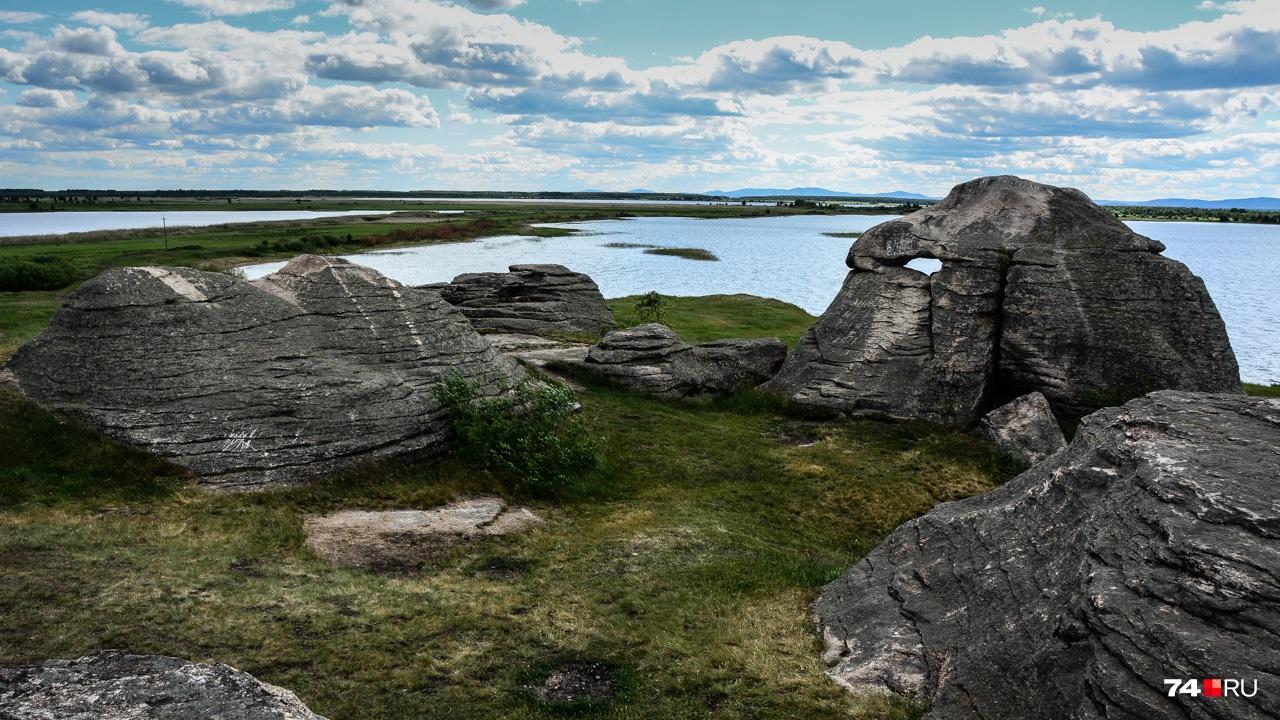 Здесь есть каменные слоны, верблюды и черепахи: неудивительно, что в древние времена у этих камней били челом язычники