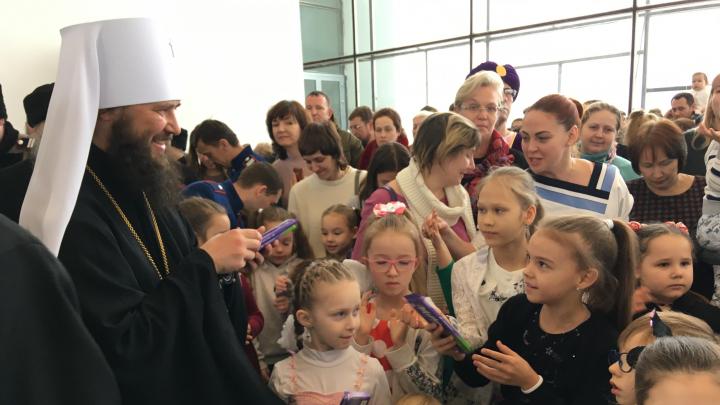 «Митрополит раздавал шоколадки»: в Волгограде на архиерейской ёлке собрались 1000 детей