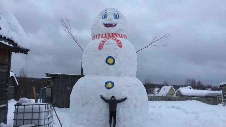 Двое новодвинцев построили девятиметрового снеговика в надежде выиграть 100 тысяч рублей
