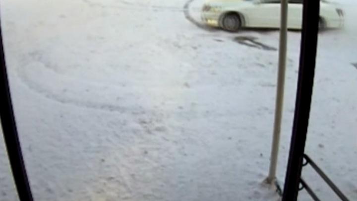 Дрифтер на «Тойоте» в течение двух дней крутил круги в школьном дворе
