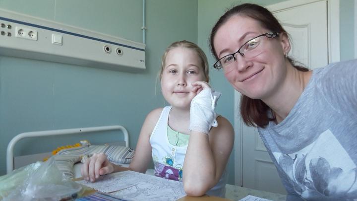 Снимает, монтирует и ждет выписки: как видеоблог помогает девочке из Архангельска победить рак крови