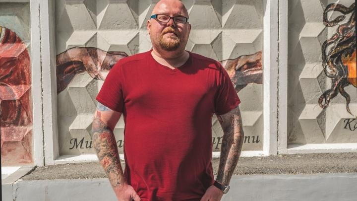 «Ваш менталитет подпёрт армией и тюрьмой»: человек с татуировками на все руки — о тату-хейтерах