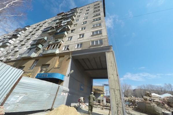 После взрыва дом признали пригодным для проживания, но часть его жильцов всё равно решила уехать. Теперь их квартиры предлагают переселенцам
