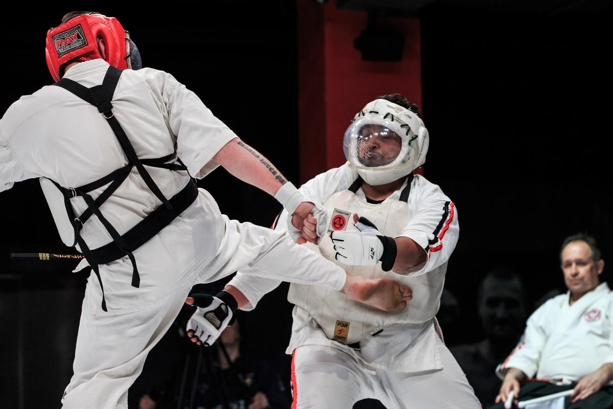 В «жёстком карате»спортсмены выступают в защитной экипировке