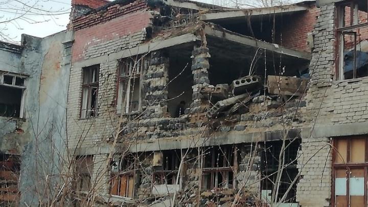 После падения на подростка бетонной плиты в заброшенной школе на Урале возбудили дело о халатности