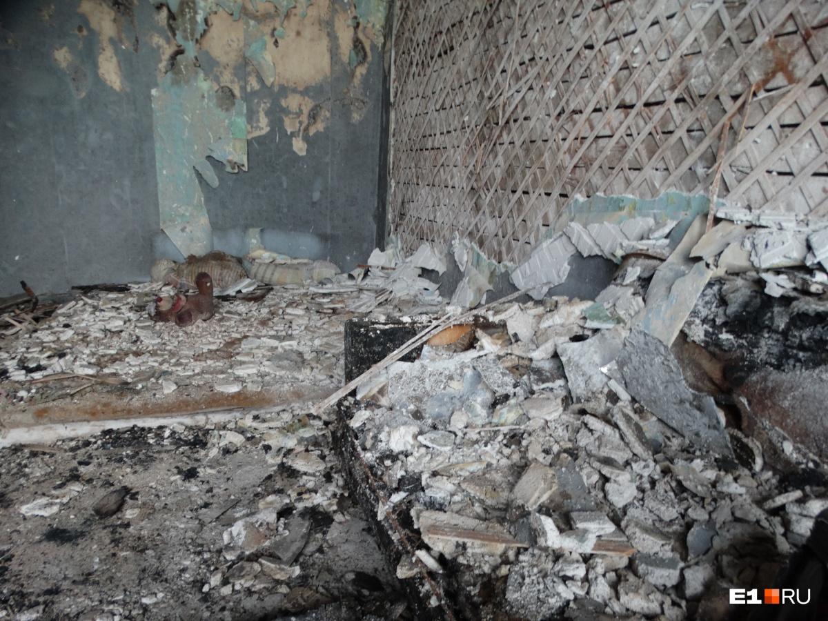 Комната на четвертом этаже, где жили квартирантки, выгорела полностью
