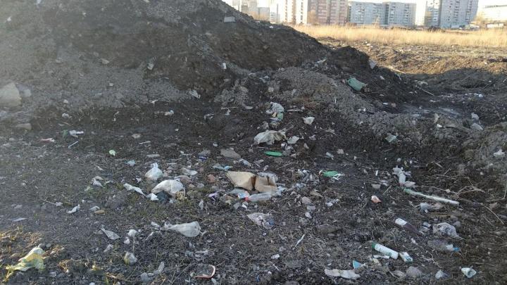 Снегоотвал в «Солнечном» превратился в свалку мусора и грязи