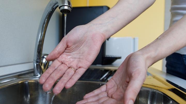 Достаем кастрюли и тазики: волгоградцев оставили без горячей воды на десять дней