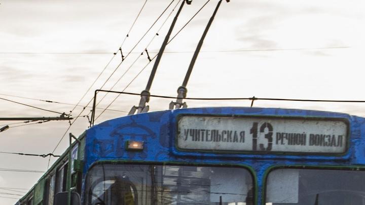 У Речного вокзала сломался троллейбус: пробка по Большевичке растянулась на 3 километра