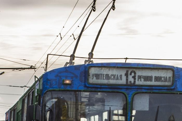 Троллейбус сломался недалеко от Речного вокзала. Фото из архива НГС