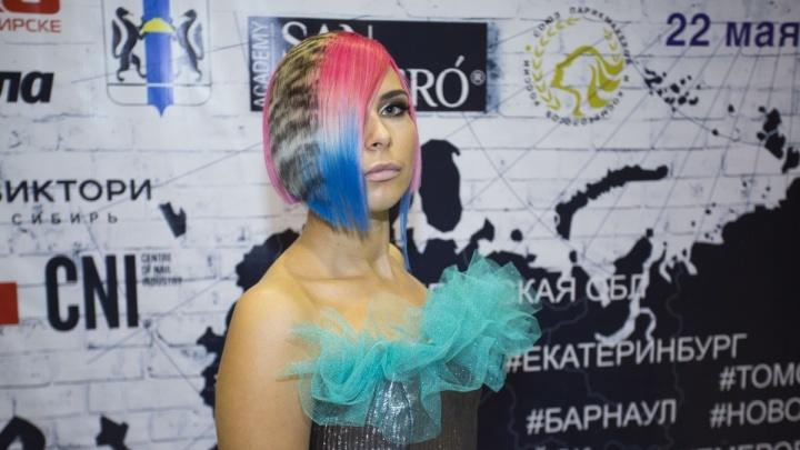 Фото: в Новосибирске показали причёски всех цветов радуги и рисунки на полуобнажённых телах